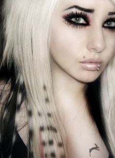 love her hair, and her eyes. i want themmm!!! >:o