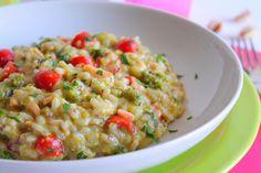 Il risotto con salmone affumicato, pesto di pistacchi e pomodorini è un primo piatto particolare e dal sapore molto intenso. Ecco la ricetta