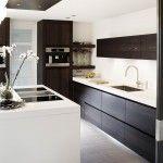 Dark kitchen with with accents Warm Kitchen, New Kitchen, Kitchen Decor, Kitchen Ideas, Interior Design Kitchen, Modern Interior, Interior Decorating, Brown Kitchens, Home Kitchens