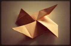 Etoile en origami (voir les étapes dans l'article Un Noël en papier > Tiroir surprise > danslachambredemesenfants.fr)