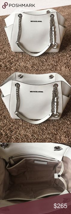 MICHAEL KORS JET SET TRAVEL PURSE 🔥SALE🔥 Optic white in mint condition. Only used this one time, brand new with several compartments inside. Two on each side of purse for more items. 16 inches across 9.5 top to bottom. Michael Kors Bags Shoulder Bags