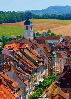Panorama sur les toits de la ville de Porrentruy. Ajoie. République et Canton du Jura. / Blick über die Dächer der Stadt Pruntrut im Kanton Jura.