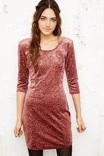 Pins & Needles Figurbetontes Kleid aus geprägtem Samt bei Urban Outfitters
