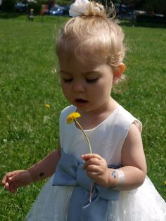 Mała księżniczka na spacerze #spacer #księżniczka #kwiatek #sukienka #sukienkaksiężniczki #ceremony #united4