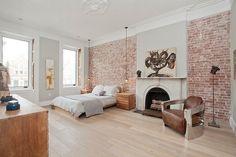 chambre à coucher lumineuse avec une déco murale originale en brique de parement rouge