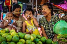Nuestras chapas de @Camaloon y los mercados de #Myanmar se entienden muy bien. #dandolachapa #myanmartrip