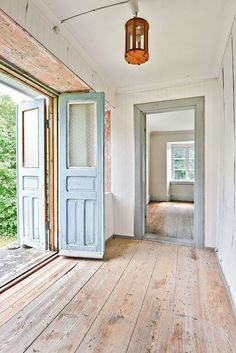 Nice wood floor on this entryway country house design, farmhouse design, garage interior, Baños Shabby Chic, Shabby Chic Interiors, Country House Design, Farmhouse Design, Diy Home Decor For Apartments, Vintage Home Decor, Cheap Home Decor, Home Remodeling, Sweet Home