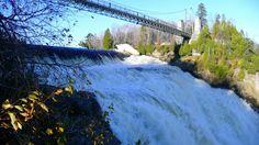 le sommet  de  la  chute  Montmorency  et   la  passerelle  qui  surplombe la  rivière  et  permet  d'  accéder aux  sentiers pédestres plus  loin