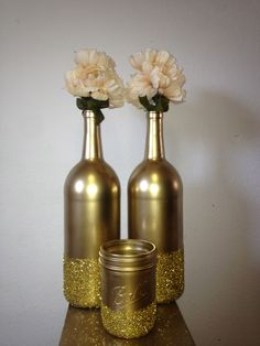 Spray painted wine bottles and mason jars for decoration. I have access to A TON of wine bottles at no cost! Empty Wine Bottles, Painted Wine Bottles, Painted Wine Glasses, Diy Bottle, Wine Bottle Crafts, Glass Bottle, Wedding Wine Bottles, Champagne Bottles, Diy Simple
