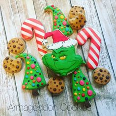 This years Cookies for Santa ☺️ Grinch Cookies, Cute Christmas Cookies, Grinch Christmas Party, Christmas Food Gifts, Iced Cookies, Christmas Cupcakes, Fun Cookies, Holiday Cookies, Grinch Party