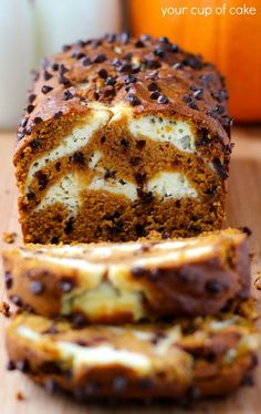 Olive Oil Cake Discover Pumpkin Cream Cheese Bread and Muffins Pumpkin Bread with chocolate chips and a cream cheese swirl Köstliche Desserts, Delicious Desserts, Dessert Recipes, Yummy Food, Quick Dessert, Recipes Dinner, Breakfast Recipes, Pumpkin Cream Cheese Bread, Pumpkin Bread