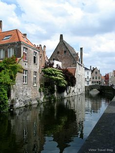 The canals of Bruges, Belgium. www.victortravelblog.com/2013/05/20/tiny-bruges-plenty-attractions/