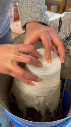 Ceramic Pottery, Pottery Art, Ceramic Art, Ceramic Techniques, Pottery Techniques, Pottery Lessons, Ceramic Glaze Recipes, Pottery Videos, Clay Art Projects