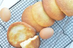 Eierkoeken maken met ammoniumbicarbonaat als bij de bakker - Carola Bakt Zoethoudertjes Dutch Recipes, Baking Recipes, Pretzel Bites, Cornbread, Food To Make, Peach, Snacks, Fruit, Cake