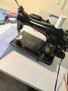 Sewing Techniques Couture The Virtues of Garment-making Using a Vintage Straight-stitch Sewing Machine - Threads - Find out how these oldie-but-goodie machines can improve your sewing. Featherweight Sewing Machine, Sewing Machine Thread, Sewing Stitches, Modern Sewing Machines, Antique Sewing Machines, Corset Sewing Pattern, Sewing Patterns, Sewing Hacks, Sewing Projects