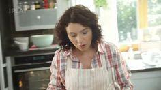 Zažijte oslavu domácího vaření, ve kterém Karolína vychází z tradice našich babiček, sbírá nejrůznější recepty a vstřebává nové vlivy a inspirace. Objevte spoustu zapomenutých nápadů, surovin a praktických rad. Otevřete pokladnici plnou receptů a vařte s chutí a láskou