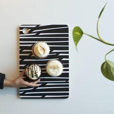 Jos yhden vaan maistaa?  Kuva: OMIN . . . #välipala #tarjotin #madeinfinland @omin_fi #omin_fi #lastenvaatekarnevaali #hipdesignkuja #elokuu #sisustus #keittiö #homedecor #kitchen #scandinavian #nordic #finnishdesign #cupcakes