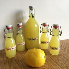 A few weeks ago I shared with you my preparation of my homemade Limoncello. Some of them drooled in front, others told me it's too complicated to do so I wanted to establish the truth: the limoncello y ' is not easier to do yourself ! Limoncello Cocktails, Homemade Limoncello, Cocktail Maker, Cocktail Drinks, Smoothie Recipes, Smoothies, Holiday Party Appetizers, Detox Drinks, Hot Sauce Bottles