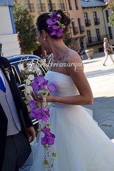 Espectacular tocado de orquídeas Vanda a juego con el ramo de novia , ambos realizados por floristeriamarques.com