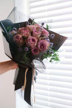 Contact : lizi@liziday.com . . . . #flowers #liziday #flowergift #gift #koreaflower #koreanflorist #florist #flowerarrangement #flowerbox #handtied #꽃다발 #꽃다발포장 #flowerclass #flowershop #flowerwrapping #wrapping