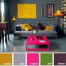 Een basis kleur met felle meubels en spulletjes