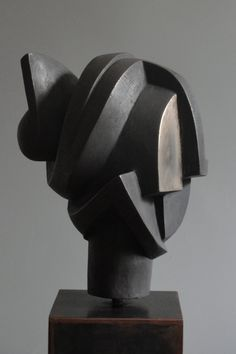 I see an Asian woman with her hair done up in a bun woven with ribbon and 2 fan combs Sculpture Head, Sculptures Céramiques, Stone Sculpture, Abstract Sculpture, Contemporary Sculpture, Art Deco Design, Ceramic Art, Metal Art, Sculpting
