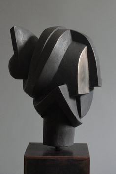Carmen Otero - Gregal. Bronce patinado. Edición de 7. 26 x 20 x 21 cm. (Base 120 cm.)