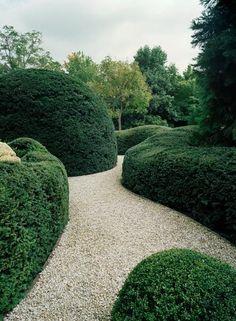 Minimalismus mal ohne rechte Winkel. Dafür werden die Eiben (http://galasearch.de/plants/12437-taxus-baccata) wie Bauelemente verwendet. Sehr eindrucksvoll - und nicht von heute auf morgen hingestellt...
