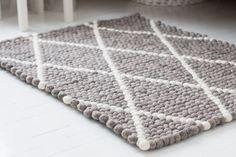 Vores tæpper har masser af forskellige mønstre at vælge mellem. Det er bare om at tage en tur forbi vores side, på Sukhi.dk Kredit: Lummimaella.fi #Home #Pattern #Sukhi #Indretning #Grey #White #Furniture #Decor