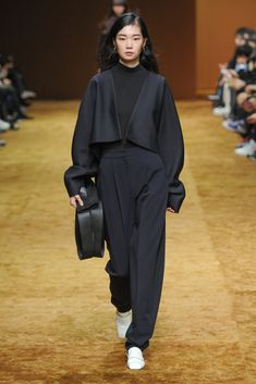 Low Classic Seoul Fall 2018 Seoul Collection - Vogue Source by shopoventure fashion 2018 Look Fashion, Runway Fashion, High Fashion, Fashion Show, Fashion Outfits, Womens Fashion, Fashion Tips, Fashion Design, Fashion Trends