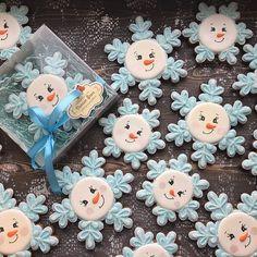 So darn cute! Snowman Cookies, Snowflake Cookies, Christmas Sugar Cookies, Christmas Cupcakes, Christmas Sweets, Noel Christmas, Christmas Goodies, Holiday Cookies, Christmas Baking