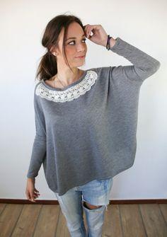 Grauer weiter Pullover mit Spitze am Saum // sweater by Shoko Shop via DaWanda.com