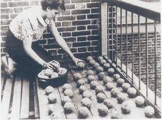 Een Haagse vrouw vervaardigde medio 1940 van nat krantenpapier bollen die na droging een verbrandingstijd van ongeveer een uur hadden. In de pers werd aandacht besteed aan allerlei initiatieven die hergebruik en het gebruik van alternatieven stimuleerden.