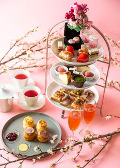 """ステラートに春到来!""""桜と苺""""をテーマにした、華やかな春のアフタヌーンティーセットです。春を感じる桜の香りと甘酸っぱい苺のスイーツをお楽しみください。春らしい桜のスコーン付き、お土産用の自家製バスクチーズケーキ付きプランもご用意しています!"""