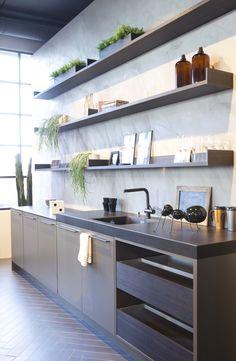 Trendy stijlhuis in de showroom. SieMatic urban keuken Kitchen Sets, New Kitchen, Kitchen Dining, Dining Room, Kitchen Interior Inspiration, Scandi Style, Küchen Design, Kitchen Styling, Urban