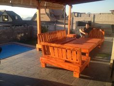 Decoy construcción furniture with recycled pallets - Modern Pallet Furniture Sofa, Pallet Furniture Tutorial, Outdoor Furniture, Outdoor Decor, Recycled Pallets, Wooden Pallets, Pallet Wood, Cedar Playhouse, How To Build Steps