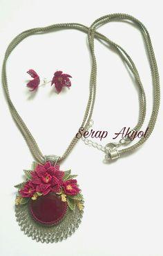 #handmadegifts#handmadewithlove##kolyemodelleri#elişikolye#iğneoyası#handmadeneclace#hediye#takı#turkishneedlelace#tasarımtakı#iğneoyasımodelleri#çiçek#İğneoyasıçiçek#oyali_suni_ipek Needle Lace, Crochet Necklace, Pendant Necklace, Jewelry, Jewlery, Jewerly, Schmuck, Jewels, Jewelery