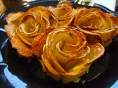 Tutorial: how to make potato roses. The most beautiful thing you can make with a potato. These gorgeous potato roses add a touch of glamour or romance to any plate. Simple, but impressive! Crispy Potatoes, Sliced Potatoes, Potato Recipes, Snack Recipes, Cooking Recipes, How To Make Potatoes, Tomate Mozzarella, Passover Recipes, Creative Food