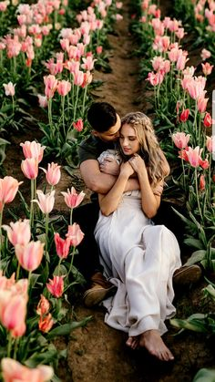 How beautiful is this Tulip field engagement session. Image by: Karina & Maks Photography Engagement Photo Inspiration, Engagement Pictures, Engagement Shoots, Tulip Wedding, Dream Wedding, Couple Photography, Wedding Photography, Marriage Romance, Field Wedding