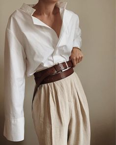 """Comment porter une chemise blanche avec style Tips and ideas of outfits to wear your white shirt without doing too """"classic"""" All the tips & ideas of outfits are in this article! Mode Outfits, Casual Outfits, Fashion Outfits, Fashion Trends, Travel Outfits, Fashion Hacks, Fashion Tips, Looks Chic, Looks Style"""