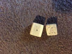 Würfel: zwei hölzerne Würfel. Wie im Mittelalter sind sie nur ca. 1 mal 1 cm gross. Die mir bekannten Funde sind zwar aus Knochen, doch sind hölzerne Würfel auch nicht unwarscheinlich. Die eingeritzten Punkte sind so angeordnet das die gegenüber liegenden seiten immer 7 ergeben.