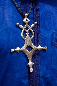 Cross of Agadez often worked in Silver. The Agadez cross is the most important piece of jewelry for a Tuareg. According to some sources the Agadez cross is traditionally given by a father to his son when he reaches around 15 years of age. This is the age a boy becomes a man and is free to travel anywhere he wishes. The four points of the cross represent the four corners of the world. Photographer Alberto Arzoz