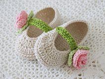 Häkelschuhe zur Taufe in Creme mit Rosen Crochet Baby Boots, Crochet Baby Sandals, Booties Crochet, Crochet Girls, Crochet Slippers, Crochet Beanie, Crochet For Kids, Baby Booties, Knit Crochet