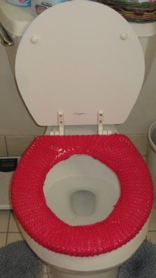 Camy's Loft: No Cold Bums toilet seat cover – Bathroom Rugs Bath Mats Bathroom Toilets, Bathroom Rugs, Bathroom Things, Bathrooms, Easy Knitting, Knitting Patterns Free, Crochet Patterns, Crochet Stitches, Crochet Designs