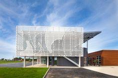 Zentrale der Segel- und Motorbootwerft Benetau im französischen Givrand mit perforiertem Acrylstein