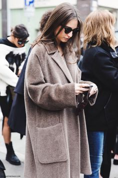Milan Fashion Week Fall Winter 2015 Street Style love the warm stylish overcoat Looks Style, Looks Cool, Style Me, Style Hair, Inspiration Mode, Street Look, Street Chic, Minimal Chic, Mode Outfits