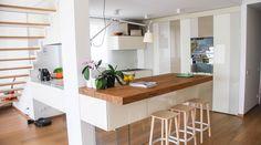 Cucina modulare sospesa con top, frontali o ante in legno rovere, che esalta il calore di un materiale senza tempo.