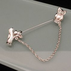 Silver tone metal jabot pin with an owl at one end and a tree branch or trunk at the other. The pin is in very good to excellent condition. It is hallmarked Trifari behind the owl The pin measures just over long. Bird Jewelry, Unique Jewelry, Arrow, Owl, Trending Outfits, Diamond, Handmade Gifts, Silver, Vintage