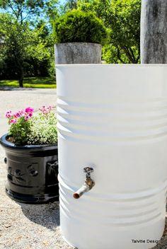 Samalla maalasimme myös vanhan pestyn öljytynnyrin, josta tuli nyt vesitynnyri. Tynnyri maalattiin siveltimellä ja ruosteenestävällä, valkoisella Rostex-maalilla kahteen kertaan. Kylkeen tehtiin reikä hanaa varten. Hanan korkeus mitoitettiin siten, että alle mahtuu kastelukannu.