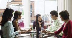 """Quais são as responsabilidades de um CEO?. O Diretor Executivo, ou CEO, é o responsável de levar para frente a empresa para a qual trabalha. Os CEOs normalmente delegam tarefas a empregados subordinados. No entanto, como o autor John Carver indica no seu livro """"Boards that Make the Difference"""" (Administrações que fazem a diferença), um CEO normalmente representa o único empregado com ..."""